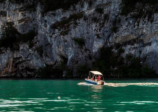 Balade en bateau au Roc de Chère