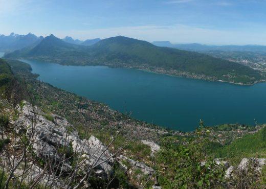 Photo-panoramique-du-lac-dAnnecy-depuis-le-Mont-Baron-1030x502