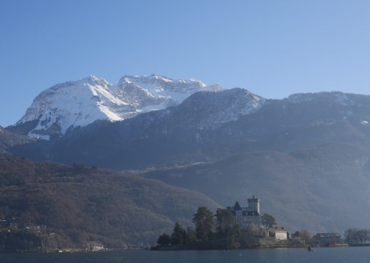 Le Château de Duingt et la Tournette enneigée
