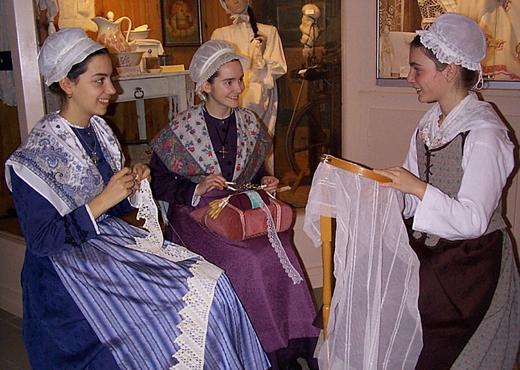 Découverte à travers les costumes traditionnels