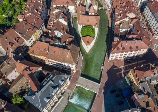 Vue sur le Thiou et la vieille ville d'Annecy