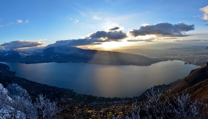 Coucher de soleil entre lac et montagnes