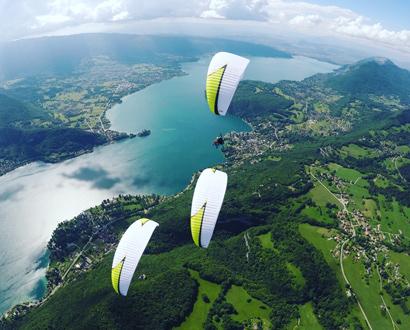 Parapentes au-dessus du lac d'Annecy