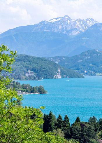 Une vue sur le lac d'Annecy entre vert, bleu et blanc