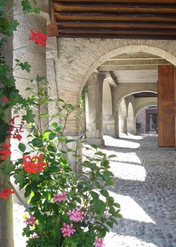 Arcades_du_bourg_medieval_d_Alby-sur-Cheran-Pays_d_Alby-4096-portrait