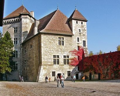 L'Observatoire Régional des Lacs Alpins dans la cour du Musée-Château