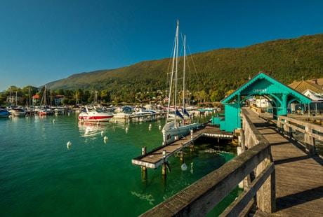 L'embarcadère et le port de Sevrier