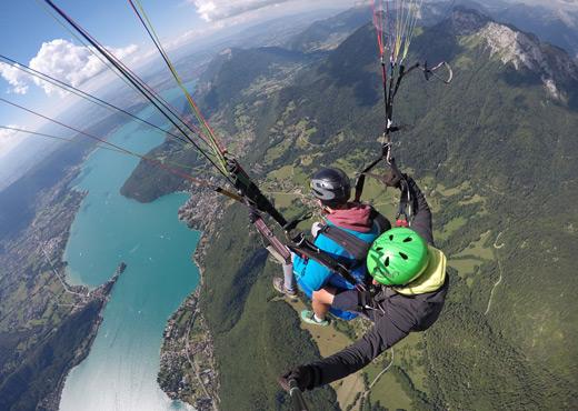 Vol en parapente au-dessus du Lac d'Annecy