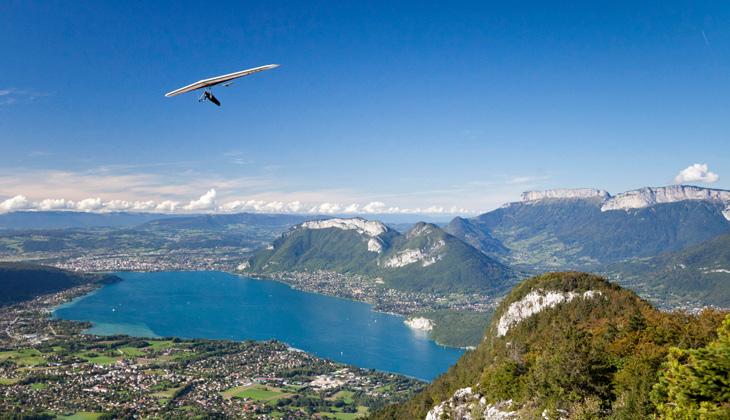 Deltaplane au-dessus du lac d'Annecy