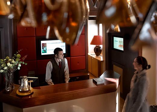 A_la_reception_de_l_hotel-Studio_Bergoend-520-370px