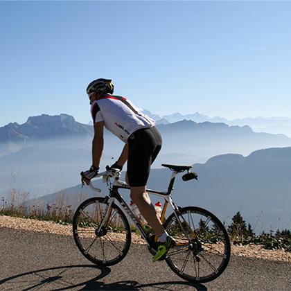 Course_cycliste_sur_les_routes_du_Semnoz-LVO___Roland_Gilhodes-420-420px