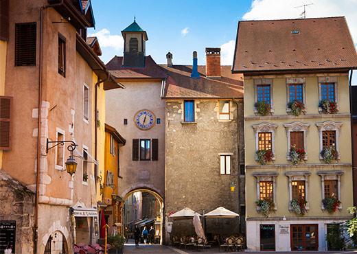La_place_Sainte-Claire-Francoise_Cavazzana-520-370px