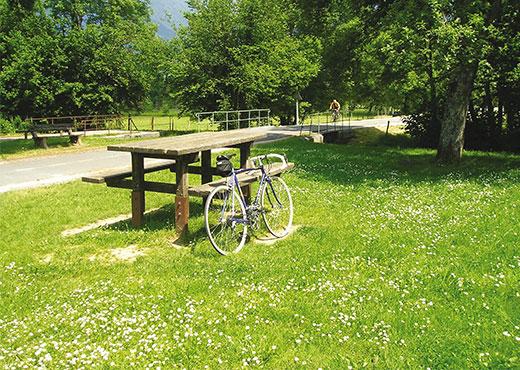 Table_de_pique-nique_devant_la_voie_verte-Lac_Annecy_Tourisme-520-370px