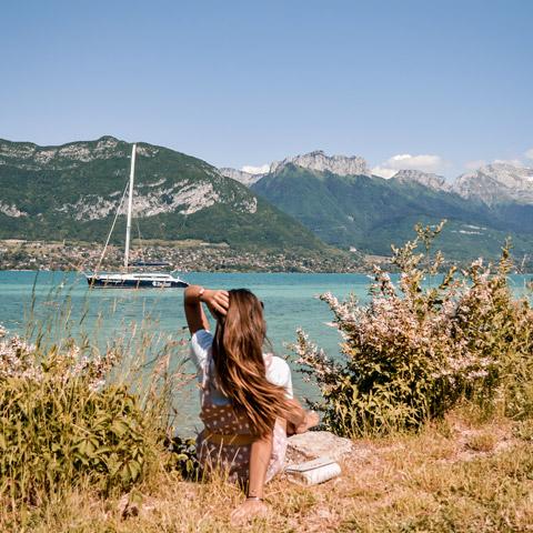 Contemplation face au lac et aux montagnes